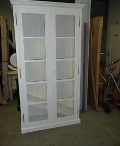 Boekenkast met 2 glasdeuren.-1